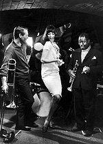 Roger-Viollet | 341022 |  Paris Blues , film by Martin Ritt. Paul Newman, Ivy Nicholson and Louis Armstrong, 1961. | © Jack Nisberg / Roger-Viollet