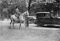 Roger-Viollet | 341242 | Woman on horse-back. Paris, Bois de Boulogne, around 1920. | © Albert Harlingue / Roger-Viollet