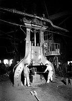 Roger-Viollet | 343036 | Power hammer of the manufacturing workshops of railway equipment. Villeneuve-Saint-Georges (Val-de-Marne), 1908. | © Jacques Boyer / Roger-Viollet