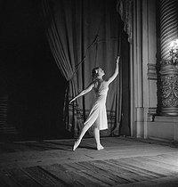 Roger-Viollet | 345146 | Marina Semionova (1907-2010), danseuse russe. Paris, décembre 1935. | © Boris Lipnitzki / Roger-Viollet