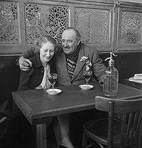 Roger-Viollet | 345497 | FRANCE - COUPLE IN A CAFE | © Gaston Paris / Roger-Viollet