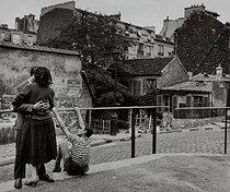 Roger-Viollet | 347782 | Kissing couple, rue Saint-Vincent. Paris (XVIIIth arrondissement), 1956. Photograph by Janine Niepce (1921-2007). | © Janine Niepce / Roger-Viollet