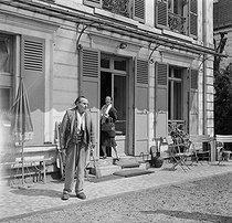 Roger-Viollet | 349362 | Louis-Ferdinand Céline (1894-1961) with his wife Lucette Almanzor. Meudon (Haurs-de-Seine), 1955. | © Bernard Lipnitzki / Roger-Viollet