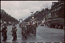 Roger-Viollet | 349464 | World War II. Daily changing of the German guard in Paris. Photograph by André Zucca (1897-1973). Bibliothèque historique de la Ville de Paris. | © André Zucca / BHVP / Roger-Viollet