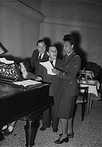 Roger-Viollet   350889   Josephine Baker (1906-1975), American variety artist, reahearsing with Vincent Sotto, dressed in a uniform of a French Air Force Lieutenant (Forces françaises Libres, FFL, Free French Forces). Paris, October 1944.   © LAPI / Roger-Viollet
