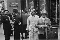 Roger-Viollet | 351653 | Front of a bakery. Paris, 1963. Photograph by Janine Niepce (1921-2007). | © Janine Niepce / Roger-Viollet