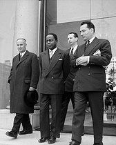 Roger-Viollet | 351790 | French Cabinet crisis. Meetings at the Elysee Palace : Gaston Defferre, Félix Houphouët-Boigny et François Mitterrand. Paris, on May 27, 1957. | © Roger-Viollet / Roger-Viollet