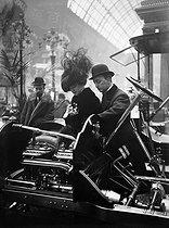 Roger-Viollet | 352355 | 1908 Motor Show in Paris | © Maurice-Louis Branger / Roger-Viollet