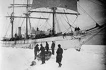 Roger-Viollet | 352925 | The  Pourquoi-pas? , ship of Jean-Baptiste Charcot (1867-1936), French scientist and explorer, blocked by the ice, 1908-1909. | © Roger-Viollet / Roger-Viollet