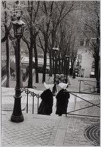 Roger-Viollet | 353248 | Through the streets of Paris. Montmartre. Rue Foyatier, station of departure of the funicular. Paris (XVIIIth arrondissement), 1956. Photograph by Jean Marquis (1926-2019). Bibliothèque historique de la Ville de Paris. | © Jean Marquis / BHVP / Roger-Viollet