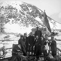 Roger-Viollet | 353641 | Salomon August Andrée's expedition to the North Pole. Members of the expedition aboard the Oernen in Spitzberg (Norway), on July 11, 1897. Salomon August Andrée is on the centre. | © Léon & Lévy / Roger-Viollet