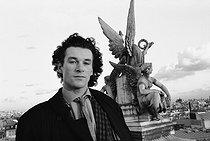 Roger-Viollet | 358961 | Patrick Dupond, French ballet dancer, in front of the Opéra Garnier. Paris, February 1990. | © Colette Masson / Roger-Viollet
