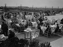 Roger-Viollet | 359882 | Deauville - Teatime | © Maurice-Louis Branger / Roger-Viollet