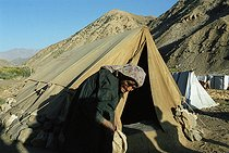 Roger-Viollet   360051   Second war in Afghanistan between the USA and the Northern Alliance against the Taliban following the September 11, 2001 attacks. Refugee camp in the Panshir Valley. Afghanistan, September-October 2001.   © Jean-Paul Guilloteau / Roger-Viollet