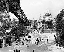 Roger-Viollet | 360392 | 1900 World Fair in Paris. View towards the Metallurgy palace. | © Léon & Lévy / Roger-Viollet