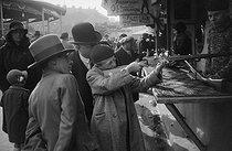 Roger-Viollet | 361365 | Fête foraine. Jeu de tir. France, vers 1945. | © Gaston Paris / Roger-Viollet