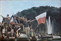 Roger-Viollet | 362741 | World War II. Joyous crowd celebrating the Liberation of Paris on the Champs-Elysées, Paris. Photograph by André Zucca (1897-1973). Bibliothèque historique de la Ville de Paris. | © André Zucca / BHVP / Roger-Viollet