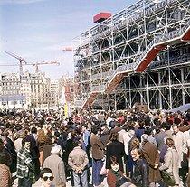 Roger-Viollet | 363406 | Foule devant le Centre Georges-Pompidou, à Paris. | © Roger-Viollet / Roger-Viollet