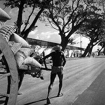 Roger-Viollet | 363655 | Docker on the port of Madras (Tamil Nâdu, India). 1961. Photograph by Hélène Roger-Viollet (1901-1985) and Jean Fischer (1904-1985). | © Hélène Roger-Viollet & Jean Fischer / Roger-Viollet