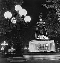 Roger-Viollet | 364573 | Night fountains, place André Malraux, Palais-Royal district. Paris (IInd arrondissement), 1957. Photograph by Janine Niepce (1921-2007). | © Janine Niepce / Roger-Viollet