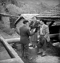 Roger-Viollet   366294   Richard Vibert (à droite), ingénieur des Eaux et Forêts, inventeur des boîtes Vibert pour la préservation des alevins en eaux naturelles, et sa femme.   © Tony Burnand / Roger-Viollet