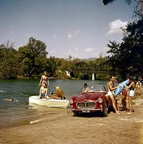 Roger-Viollet | 367305 | Holidays by a river. Fiat 1200 convertible car, 1960's. | © Roger-Viollet / Roger-Viollet