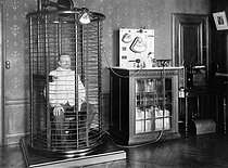 Roger-Viollet | 369281 | Electric cage for the treatment of arteriosclerosis with high frequency oscillatory currents (darsonvalisation). France, 1907. | © Jacques Boyer / Roger-Viollet