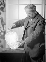 Roger-Viollet | 369419 | René Lalique (1860-1945), French master glazier. France, around 1925. | © Laure Albin Guillot / Roger-Viollet