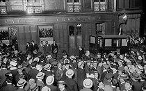 Roger-Viollet | 370334 | Crowd in front of the Café du Croissant, 146 rue Montmartre, after the assassination of Jean Jaurès. Paris, on July 31, 1914. | © Albert Harlingue / Roger-Viollet