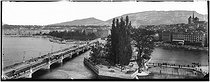 Roger-Viollet | 372030 | Geneva - The Mont-Blanc bridge and the Jean Jacques Rousseau islet | © Léon & Lévy / Roger-Viollet