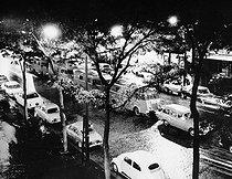 Roger-Viollet | 372036 | Manifestation pacifique organisée par le Front de libération nationale algérien (FLN) en faveur de l'indépendance de l'Algérie. La répression policière dirigée par le préfet de police Maurice Papon est appelée  Massacre du 17 octobre 1961  et les violences contre les manifestants algériens qualifiées de  ratonnades . Stationnement des cars des forces de l'ordre. Paris, 17 octobre 1961. | © Georges Azenstarck / Roger-Viollet