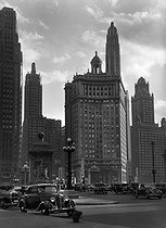 Roger-Viollet | 375016 | Bridge over the Michigan River, at the far end of the Michigan Avenue. Chicago (Illinois, United States), circa 1930. | © Laure Albin Guillot / Roger-Viollet