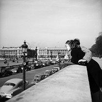 Roger-Viollet | 375903 | Couple, place de la Concorde. Paris (VIIIth arrondissement), March 1952. | © Roger-Viollet / Roger-Viollet