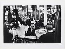Roger-Viollet | 376592 | Lecture de France-Soir dans un restaurant 1900 à Saint-Germain-des-Prés. Paris (VIIème arr.), 1957. Photographie de Janine Niépce (1921-2007). Paris, musée Carnavalet. | © Janine Niepce / Musée Carnavalet / Roger-Viollet