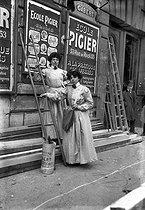 Roger-Viollet | 380059 | Women, billposters. Paris,1908. | © Albert Harlingue / Roger-Viollet