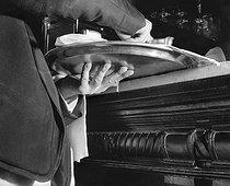Roger-Viollet   385139   Waiter, Chez Lipp, boulevard Saint-Germain. Paris (VIth arrondissement), circa 1950. Photograph by Pierre Jahan (1909-2003).   © Pierre Jahan / Roger-Viollet
