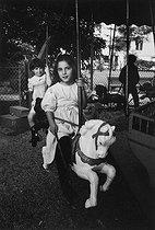 Roger-Viollet | 385688 | Marie, Janine Niepce's granddaughter, aged 6, in 1983. Photograph by Janine Niepce (1921-2007). | © Janine Niepce / Roger-Viollet