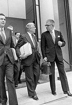 Roger-Viollet | 388561 | Jean-Pierre Fourcade (1929-), ministre de l'Economie et des finances avec Jean-Philippe Lecat et robert Boulin, 1974. | © Jacques Cuinières / Roger-Viollet