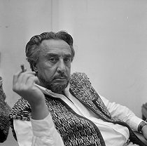 Roger-Viollet | 389087 | Roman Gary (1914-1980), French writer. | © Jacques Cuinières / Roger-Viollet