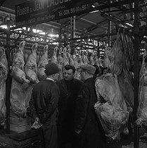 Roger-Viollet | 390117 | Meat agents at the Halles. Paris, in the 1960's. | © Jacques Cuinières / Roger-Viollet
