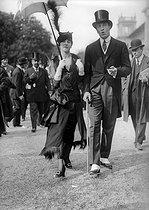 Roger-Viollet | 390647 | Fashion at the Longchamp racecourse. Paris, May 17,1914. | © Albert Harlingue / Roger-Viollet