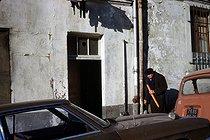 Roger-Viollet | 396077 | Old man with a baguette in the district of Belleville. Paris (XXth arrondissement), January 1976. Photograph by Léon Claude Vénézia. | © Léon Claude Vénézia / Roger-Viollet