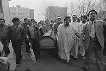 Roger-Viollet | 396159 | Enterrement des 21 mineurs marocains suite au coup de grisou de la mine d'Avion, près de Lens (Pas-de-Calais). Février 1965. | © Georges Azenstarck / Roger-Viollet