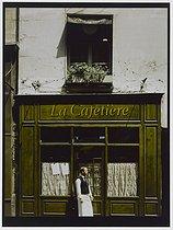 Roger-Viollet | 397083 |  La cafetière , rue Mazarine. Paris (VIth arrondissement), 1980. Photograph by Felipe Ferré. Paris, musée Carnavalet. | © Felipe Ferré / Musée Carnavalet / Roger-Viollet