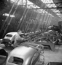 Roger-Viollet   397963   Renault car factory. 4 CV assembly line. Boulogne-Billancourt (Hauts-de-Seine), around 1946-1948.   © Pierre Jahan / Roger-Viollet