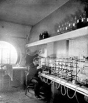 Roger-Viollet | 398725 | Water test at the research institute of the parc Montsouris (Paris XIV-th arrondissement), around 1900. | © Léon & Lévy / Roger-Viollet