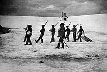 Roger-Viollet | 399311 | Expedition of Jean-Baptiste Charcot (1867-1936), French scientist and polar explorer, in Antarctica. The  Pourquoi-pas ?  crew during exercises on the ice field. | © Albert Harlingue / Roger-Viollet