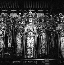 Roger-Viollet | 401701 | Buddha made of golden wood at Sanjusangen-do temple. Kyoto (Japan), March 1962. Photograph by Hélène Roger-Viollet (1901-1985) and Jean Fischer (1904-1985). | © Hélène Roger-Viollet & Jean Fischer / Roger-Viollet