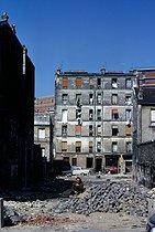 Roger-Viollet | 404106 | Cobbling of a street in the district of Belleville. Paris (XXth arrondissement), 1966. Photograph by Léon Claude Vénézia. | © Léon Claude Vénézia / Roger-Viollet