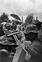 Roger-Viollet | 408196 | Vietnam War (1955-1975). Fall of Saigon. Funeral of a South Vietnamese soldier in the military cemetery. Saigon (Vietnam), 1975. | © Françoise Demulder / Roger-Viollet